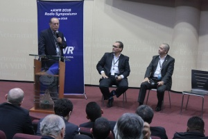Dowell Chow, presidente de Radio Mundial Adventista, conduce un espacio de intercambio de opiniones junto a Abel Márquez, director de Comunicación en Interamérica y Jorge Rampogna de Nuevo Tiempo