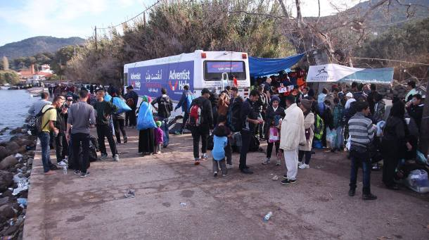 El ómnibus de al fondo fue la primera clínica médica móvil que socorrió a los refugiados a finales de 2015. (Crédito de foto: Michael-John Von Hörsten)