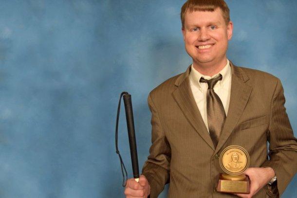 Ray McAllister con el Premio Dr. Jacob Bolotin otorgado gracias a su codificación en Braille. (Andrews University)