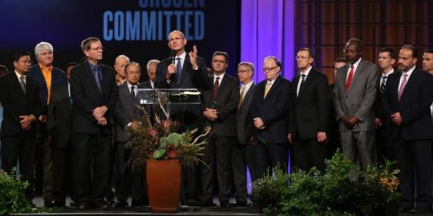 Ted Wilson reúne a los presidentes de las divisiones y administradores de la organización ASI para una oración de consagración el pasado 6 de agosto. Imágenes de Mylon Medley/ANN