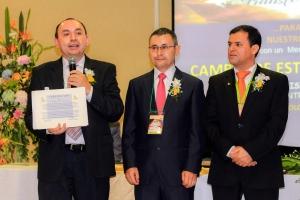 El pastor Enrique Anaya, presidente, el pastor Orlando Conde, secretario, y Eleazar Román, tesorero, muestran el documento otorgado por la División Interamericana que certifica el cambio de estatus a Asociación Centro Oriental de Colombia