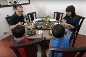 Fragmento del reportaje en el que aparece el médico Everton Padilha Gomes, almorzando con su familia.