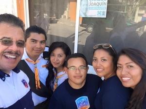 El pastor Hiram Ruiz (izquierda), director de PCM en Interamérica, con estudiantes universitarios de la región Sudeste Mexicana antes de tomar parte en un proyecto misionero para la comunidad el pasado 6 de agosto de 2016. [Im genFacebook: Jóvenes Universitarios DIA]