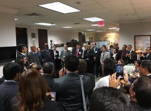 Ted N. C. Wilson, presidente de la Iglesia Adventista del Séptimo Día, ora fuera de su oficina con los principales líderes de la División Interamericana el pasado 6 de octubre en Maryland, Estados Unidos. [Foto: Orlando Ramírez]