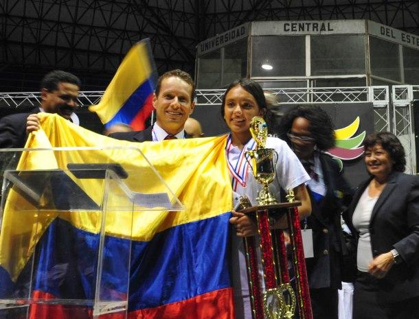 Zarith Mendez representante de la UCN y ganadora de la final del Boom Bíblico a nivel Interamérica celebra triunfo junto al pastor Mauricio Buitrago, líder juvenil en la UCN [ Libna Stevens/DIA]