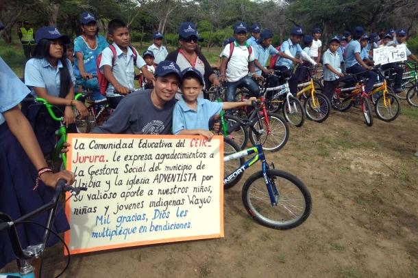 600 bicicletas fueron donadas por la Iglesia Adventista a niños de La Guajira, región norte de Colombia donde los niños deben caminar hasta 4 horas para ir a sus escuelas [Foto: Archivo Ministerio Juvenil UCN]