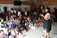 Niños atentos a la historia de algunos instrumentos en el 'Museo de la Música', una de las estaciones de la Escuela Bíblica de Vacaciones 2017